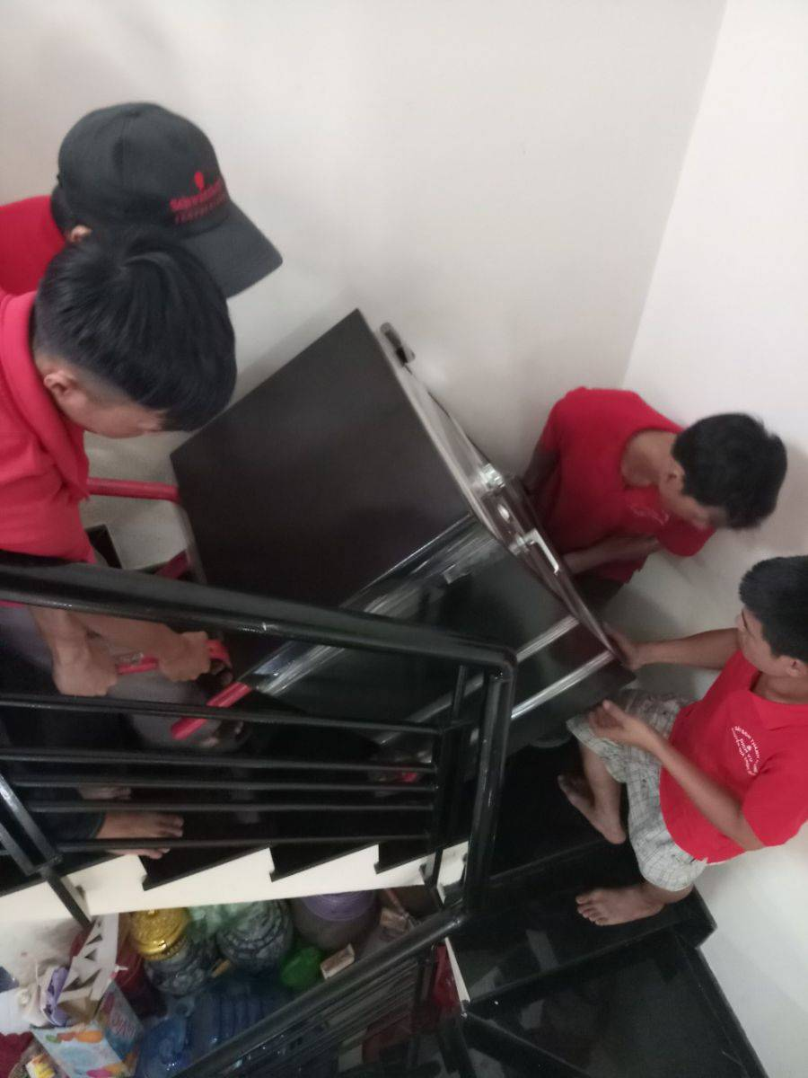 Nhân viên thực hiện vận chuyển đồ đạc